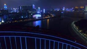 WUHAN, ΚΊΝΑ - 2 ΜΑΐΟΥ 2017: φωτισμένος νύχτα εναέριος κηφήνας γεφυρών εικονικής παράστασης πόλης qingchuan απόθεμα βίντεο