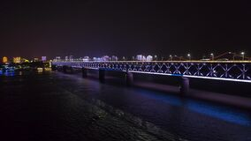 WUHAN, CHINA - 2 DE MAIO DE 2017: zangão qingchuan iluminado noite da antena da ponte da arquitetura da cidade filme