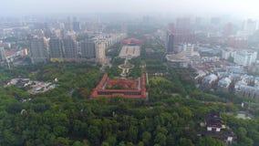 WUHAN, CHINE - MAI 2017 : panorama célèbre d'antenne de parc de place de révolution de musée de ville de Wuhan de temps de jour banque de vidéos