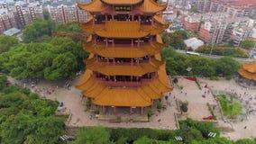 WUHAN, CHINE - 2 MAI 2017 : porcelaine aérienne du panorama 4k de temple de grue de jaune de paysage urbain de Wuhan de temps de  clips vidéos