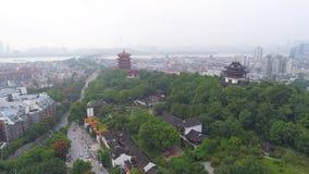 WUHAN, CHINE - 2 MAI 2017 : porcelaine aérienne du panorama 4k de temple de grue de jaune de paysage urbain de Wuhan de temps de  banque de vidéos