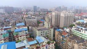 WUHAN, CHINE - 2 MAI 2017 : vue aérienne de bourdon des bâtiments de maisons privés pendant le jour de centre de la ville clips vidéos