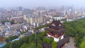 WUHAN CHINY, MAJ, - 2, 2017: czerwonego bramy świątyni parka dzwonkowego dnia trutnia widoku żółta dźwigowa powietrzna panorama zbiory