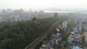 WUHAN CHINY, MAJ, - 2, 2017: powietrzny trutnia widok intymni domów budynki w centrum miasta dniu zbiory wideo