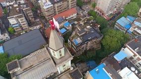 WUHAN CHINY, MAJ, - 2, 2017: powietrzny trutnia widok kościelni budynki wokoło w centrum miasta dniu zdjęcie wideo