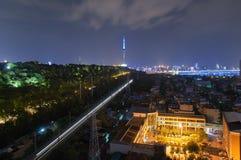 Wuhan Jingguang järnväg linje på natten royaltyfri bild
