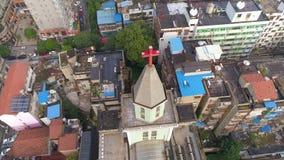 WUHAN KINA - MAJ 2, 2017: flyg- surrsikt av de kyrkliga byggnaderna omkring i dagen för stadsmitt lager videofilmer