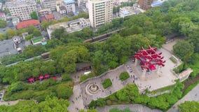 WUHAN KINA - MAJ 2, 2017: porslin för panorama 4k för tempel för kran för guling för dagtidwuhan cityscape flyg- lager videofilmer