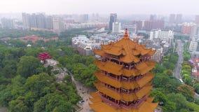 WUHAN KINA - MAJ 2, 2017: porslin för panorama 4k för tempel för kran för guling för dagtidwuhan cityscape flyg- arkivfilmer