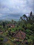 Wulkan Batur przy dżdżystą pogodą z balijczyków domami, Bali, Indonezja obraz stock