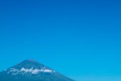 Wulkan Gunung Agung z jasnym niebieskim niebem od Amed w Bali, Indo Obraz Royalty Free
