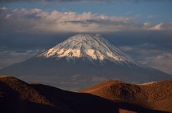 Wulkan Misti i pustynne diuny w Arequipa zdjęcia royalty free