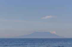 wulkan na horyzoncie i morzu Obrazy Stock