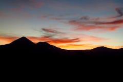 Wulkan sylwetka przy zmierzchu światłem Fotografia Royalty Free
