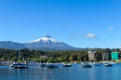 Wulkan Villarica i łodzie w jeziorze zdjęcie stock