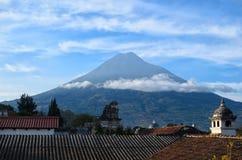 Wulkanu Agua nad dachy stare ćwiartki Antigua z clo Zdjęcie Stock