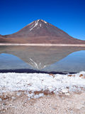 Wulkanu odbicie w Laguna Verde Fotografia Royalty Free