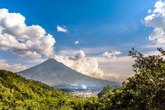 Wulkanu widok & Antigua, Gwatemala Zdjęcia Stock