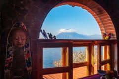 Wulkanu widok z okno na brzeg Jeziorny Atitlan, Gwatemala Obrazy Royalty Free