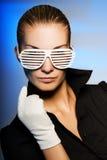 Wuman con gli occhiali da sole alla moda Immagini Stock Libere da Diritti