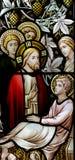 Wunder von Jesus: Kurieren eines kranken Mannes im Buntglas Stockfotografie