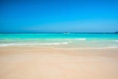 Wunderbar der exotische Strand im Sommer Stockfotografie