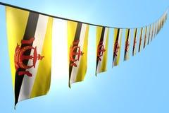 Wunderbar hängt viele Brunei Darussalam-Flaggen oder -fahnen Diagonale auf Seil auf Hintergrund des blauen Himmels mit bokeh - je vektor abbildung