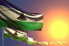 Wunderbar irgendeine Illustration der Gelegenheitsflagge 3d - viele Lesotho-Flaggen auf Sonnenuntergang setzten diagonales mit We vektor abbildung
