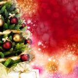 Wunderbar verzierter Weihnachtsbaum mit Bällen, Bändern und Girlanden auf einem unscharfen roten glänzenden und magischen Hinterg Lizenzfreies Stockfoto
