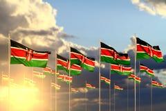 Wunderbar viele Kenia-Flaggen auf dem Sonnenuntergang gelegt in Reihe mit Weichzeichnung und in Raum für Ihren Text - irgendeine  lizenzfreie abbildung