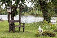 Wunderbare alte Gartenbank im Park Lizenzfreies Stockbild