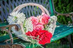 Wunderbare Blumen im Korb Lizenzfreie Stockfotos