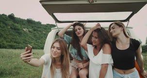 Wunderbare Damen der Nahaufnahme sehr, die ein Telefon nimmt Video oder selfie mitten in dem Feld, sitzend auf der Rückseite verw stock video footage