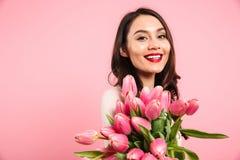 Wunderbare Frau 20s mit dem schönen reizenden Blick, der auf Kamera aufwirft Lizenzfreies Stockbild