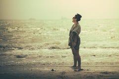 Wunderbare Frauenstellung, Freude auf dem Strand lachend und haben Stockfotografie