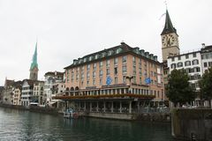 Wunderbare Glättungsbank des Zürich-Flusses lizenzfreie stockbilder