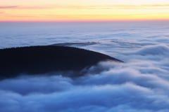 Wunderbare Landschaft, über den Wolken am schönen Herbsttag, Europa Landschaft mit alpinem Gebirgstal, tiefe Wolken, Wald stockfotografie
