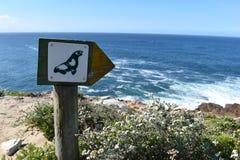 Wunderbare Landschaft mit einem Wegweiser mit einer Dichtung am Wanderweg am Robberg-Naturreservat in Plettenberg-Bucht, Südafrik stockfoto