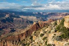 Wunderbare Landschaft von Grand Canyon mit dem Colorado sichtbar während der Dämmerung Lizenzfreies Stockfoto