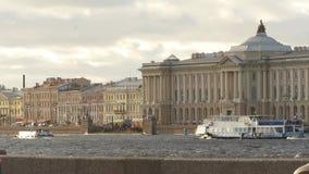 Wunderbare Landschaft von schönem Neva-Fluss und berühmte russische Akademie von Künsten stock footage