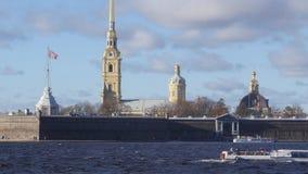 Wunderbare Landschaft von schönem Neva-Fluss und von berühmter Peter- und Paul-Festung stock footage