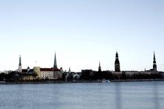 Wunderbare Landschaft zu den alten Stadt- und Kirchtürmen nahe bei dem Fluss stockfotografie