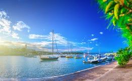 Wunderbare romantische Sommerabendlandschaftspanoramaküstenlinie A Stockfotografie