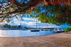 Wunderbare romantische Sommerabendlandschaftspanoramaküstenlinie A Lizenzfreies Stockbild