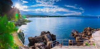 Wunderbare romantische Sommerabendlandschaftspanoramaküstenlinie A Lizenzfreie Stockfotos