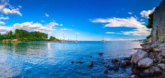 Wunderbare romantische Sommerabendlandschaftspanoramaküstenlinie A Stockbild