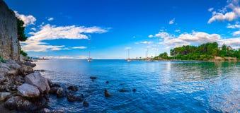 Wunderbare romantische Sommerabendlandschaftspanoramaküstenlinie A Stockfoto