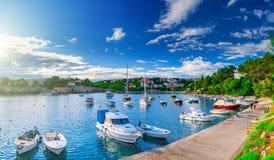 Wunderbare romantische Sommerabendlandschaftspanoramaküstenlinie A Stockfotos