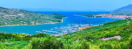 Wunderbare romantische Sommernachmittagslandschaftspanoramaküstenlinie Stockbild