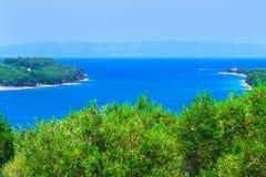 Wunderbare romantische Sommernachmittagslandschaftspanoramaküstenlinie Stockfotos